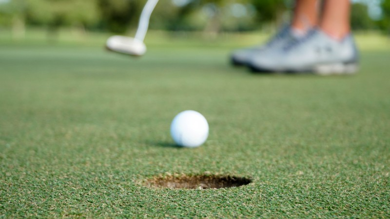 Man putting tips for beginner golfers