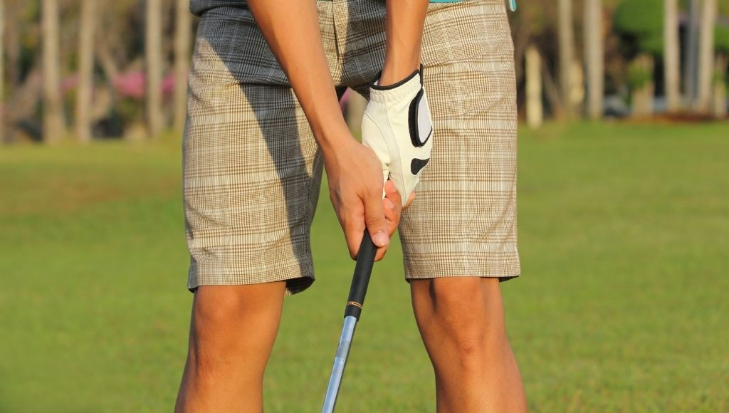A man uses a golf grip for his sweaty hands
